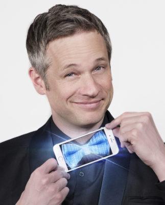 iPad Magier Simon Pierro mit Fliege